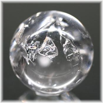 [マダガスカル産]レインボー入り水入り水晶スフィア 台座付属[23.3mm](ENHYDROUSQUARTZ-SPHERE174IS)