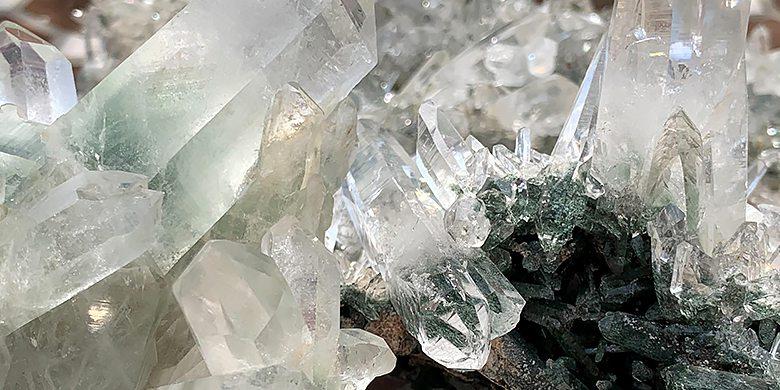 インドヒマーチャルプラディーシュ州クル地区ガルサ渓谷産水晶クラスターのカテゴリ画像