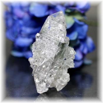 インド・マニハール産ヒマラヤ水晶クラスター<クローライトインクォーツ >(MANIHAAR-CL009IS)