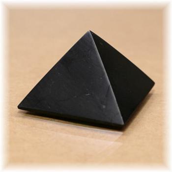 ロシア・カレリア共和国産シュンガ石ピラミッド(SHUNGITE-PYRAMID101IS)