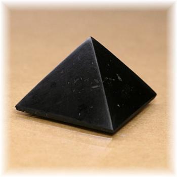 ロシア・カレリア共和国産シュンガ石ピラミッド(SHUNGITE-PYRAMID102IS)