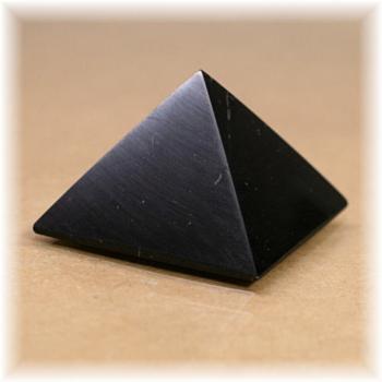 ロシア・カレリア共和国産シュンガ石ピラミッド(SHUNGITE-PYRAMID104IS)