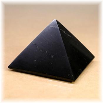 ロシア・カレリア共和国産シュンガ石ピラミッド(SHUNGITE-PYRAMID105IS)