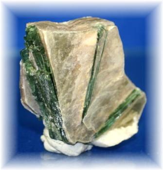 ブラジル産グリーントルマリン結晶つきマイカ
