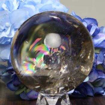 [トップクォリティ ]レインボースモーキークォーツ 丸玉 [直径68.3㎜] 台座付属(RainbowSmoky-tpsm0683is)